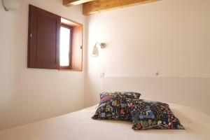 A bed or beds in a room at Casa das Quintanas