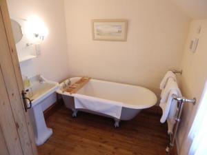 Кровать или кровати в номере Westgate House & Barn