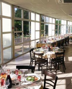Restaurant ou autre lieu de restauration dans l'établissement Hôtel Residence Les Aiguades