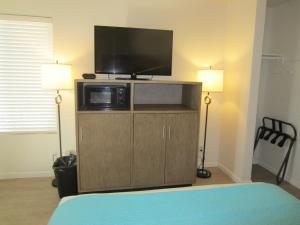 A television and/or entertainment center at Carousel Beach Inn