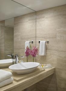 Um banheiro em Grand Beach Hotel Surfside West