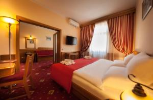 A bed or beds in a room at Hotel Askania