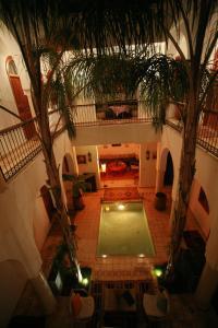 Vue sur la piscine de l'établissement Riad Mariana ou sur une piscine à proximité