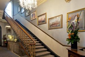 The lobby or reception area at Strathmore Hotel