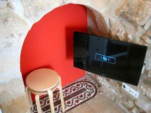 Una televisión o centro de entretenimiento en La Casina de Piedra ENCANTO