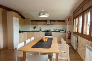 A kitchen or kitchenette at Casa Rural Aranaratxe