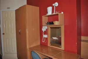 A kitchen or kitchenette at Guilford House Hotel
