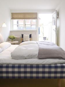 En eller flere senge i et værelse på Hotel Plesner