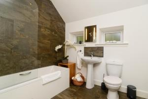A bathroom at Elderburn Lodges