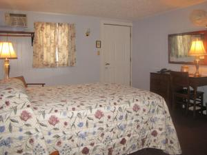 A bed or beds in a room at Colebrook Country Club & Hotel