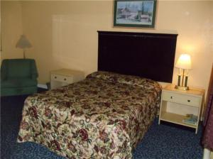 A bed or beds in a room at Fernwood Motel