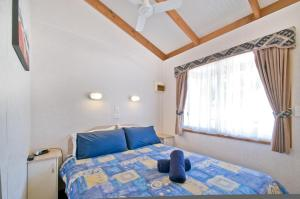 A bed or beds in a room at Warragul Gardens Holiday Park