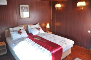 A bed or beds in a room at Hotel Brod Panini Veles
