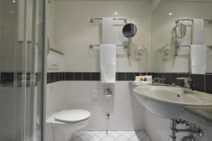 A bathroom at IntercityHotel Berlin Ostbahnhof