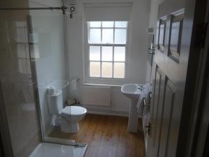 A bathroom at Hotel Mariners