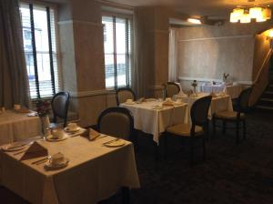 A restaurant or other place to eat at Hotel Mariners