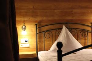 A bed or beds in a room at Hotel zum Pfeiffer