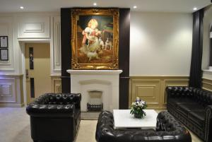 A seating area at Real Dreams Hotel