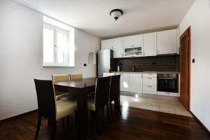 A kitchen or kitchenette at Apartments Kokolo