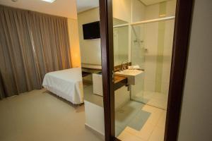Cama ou camas em um quarto em Golden Plaza Hotel