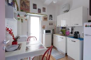 A kitchen or kitchenette at Simon Holiday House
