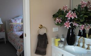 A bathroom at Cutmore Cottages - Highclaire House