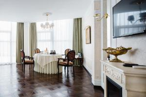 A restaurant or other place to eat at Sheremetev Park Hotel