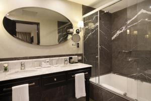 A bathroom at Miramar Hotel by Windsor