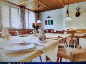 Ein Restaurant oder anderes Speiselokal in der Unterkunft Gasthof Kreuz