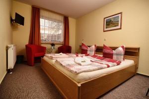 Ein Bett oder Betten in einem Zimmer der Unterkunft Hotel am Stadtwald