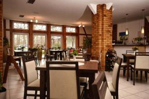 Ein Restaurant oder anderes Speiselokal in der Unterkunft Hotel am Stadtwald