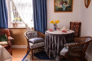 A seating area at Dawson Place, Juliette's Bed and Breakfast