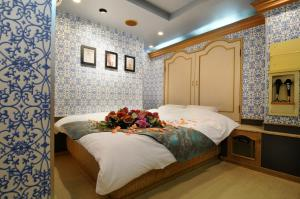 A bed or beds in a room at Namba Little Chapel (Adult Only)
