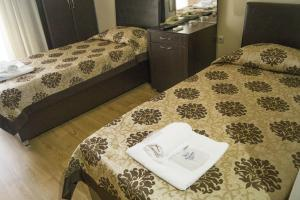 A bed or beds in a room at Baranlar Hotel