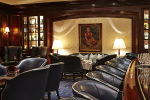 The lounge or bar area at Steigenberger Frankfurter Hof