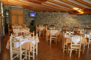 A restaurant or other place to eat at Hotel Meson de L'Ainsa