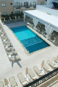 O vedere a piscinei de la sau din apropiere de Senator Hotel Apartments