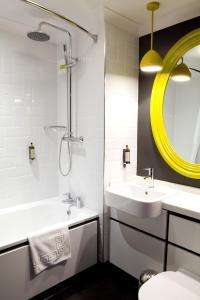 A bathroom at The Bulls Head And Lodge