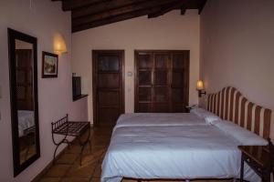 A bed or beds in a room at Cigarral de Caravantes