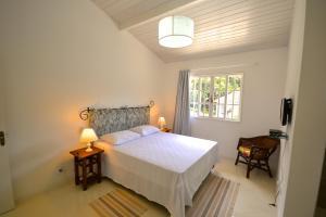 A bed or beds in a room at Vila da Sol Itaipava casas e estúdios