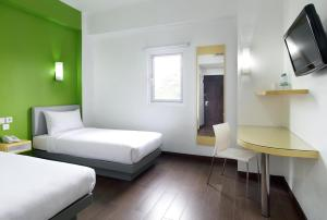 A bed or beds in a room at Amaris Hotel Bekasi Barat