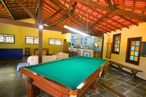 A billiards table at Vila da Sol Itaipava casas e estúdios