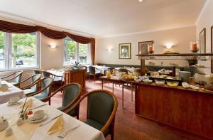 Ein Restaurant oder anderes Speiselokal in der Unterkunft Hotel Victoria