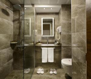 A bathroom at Hotel Yigitalp Istanbul