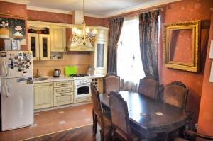 Кухня или мини-кухня в Apartment Kamennaya 1