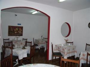 A restaurant or other place to eat at D. Carlos Residencial