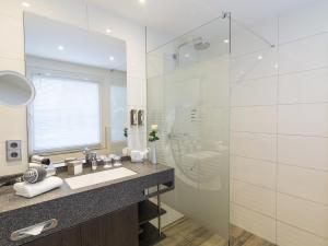 A bathroom at Concorde Hotel am Leineschloss