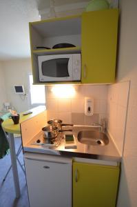Cuisine ou kitchenette dans l'établissement Montempô apparthôtel CDG Goussainville