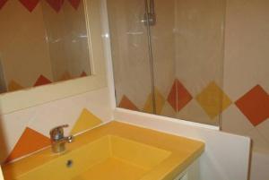 A bathroom at Promenade des Bains Apartment