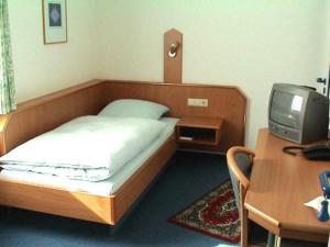 A bed or beds in a room at Hotel Garni Kreuzäcker